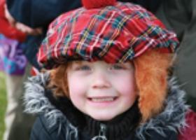 Meisje met tartan baret
